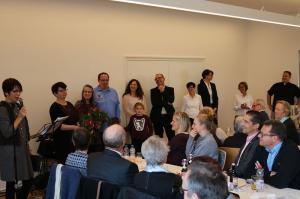 k-Zweite Vorsitzende Des Kirchengemeinderates, Viola Haas, bedankt sich bei den Architekten und dem Bauausschuss der Kirchengemei